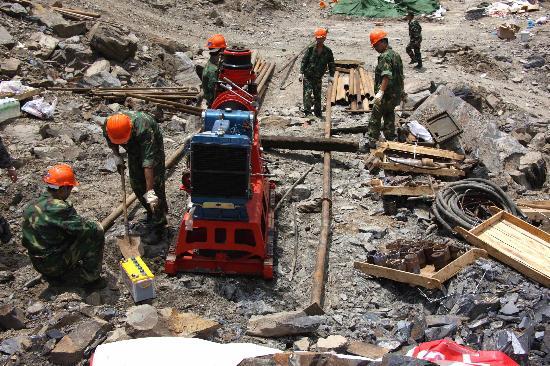 图文:工程人员正在安装重型钻机