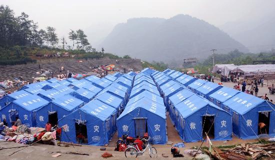 图文:绵竹市遵道镇一个山村里受灾群众的帐篷