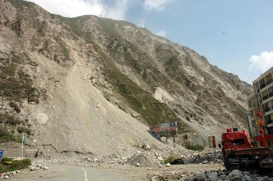 图文:余震导致汶川县城周边部分路段塌方