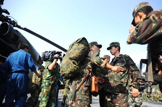 图文:搜救人员准备前往直升机失事地点