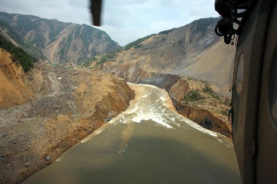 图文:唐家山堰塞湖泄流渠入口