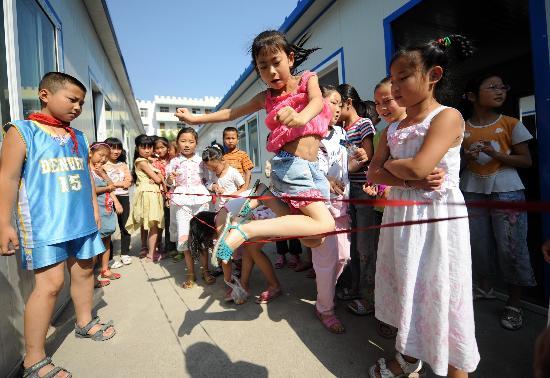 幼儿园小男孩六一表演穿白丝袜
