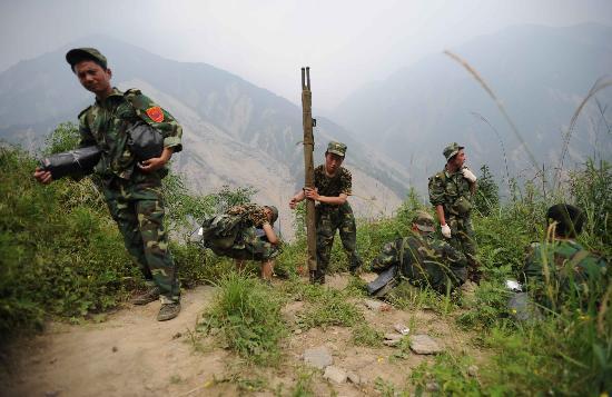 图文:部队在徒步赶往坠机地途中休息