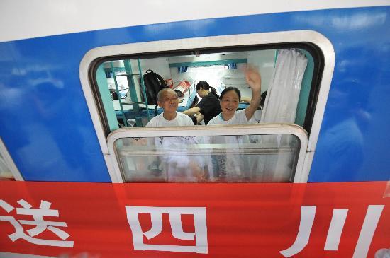图文:首批四川灾区伤员康复从湖北返乡