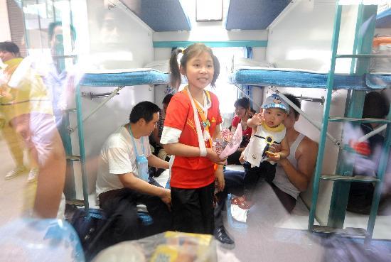 图文:康复的伤员们坐上回家的火车