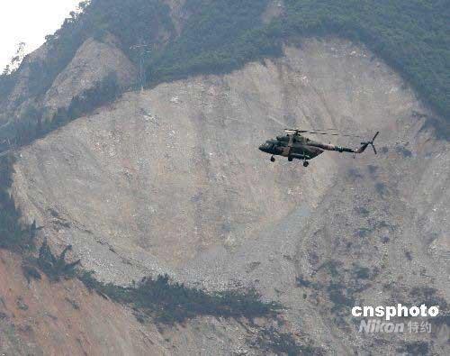 图文:第二批飞机残骸由直升机紧急运往成都