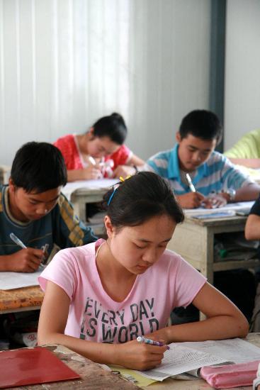图文:初三学生在活动板房中参加英语模拟考试