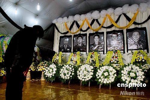 组图:失事直升机遇难机组人员遗体告别仪式举行
