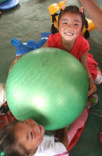 图文:两个小朋友在帐篷幼儿园里玩耍