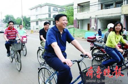 山东省长骑自行车体验能源短缺(组图)