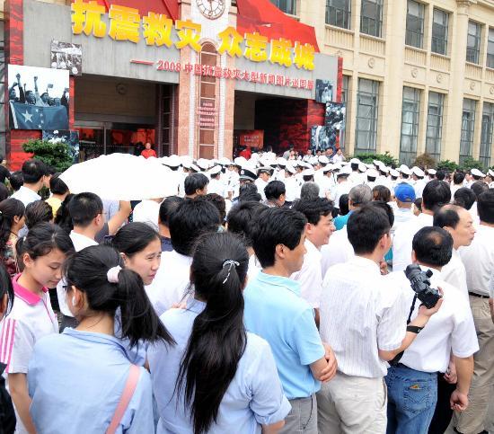 图文:参观者在上海展览中心外排成长龙