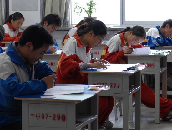 图文:甘肃地震灾区延期高考开考