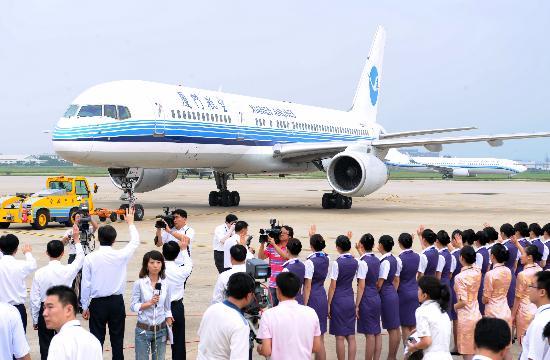 图文:送行人员向福建首发团的厦航航班挥手