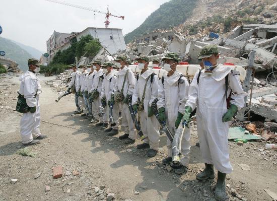 图文:防化兵们列队准备出发