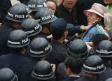 图文:水果市场的商家和警方发生冲突