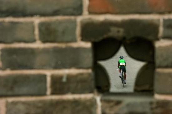图文:城墙孔里看到的自行车运动员