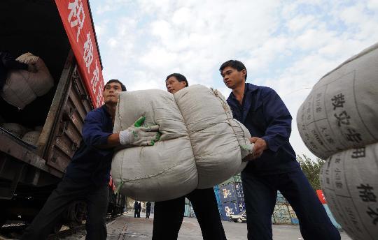 图文:工作人员在大红门货运站装运捐献的衣物