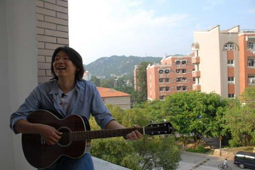 图文:老狼在厦大曾经的宿舍阳台再弹吉他