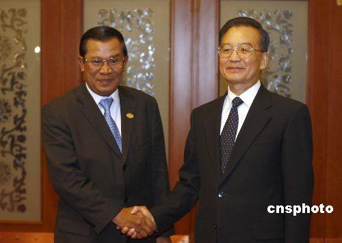 图文:温家宝会见柬埔寨首相洪森