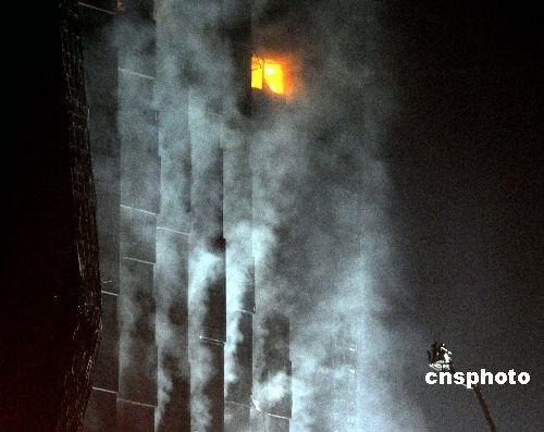 组图:消防部门逐步控制火势