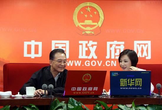 组图:温家宝总理与网友在线交流