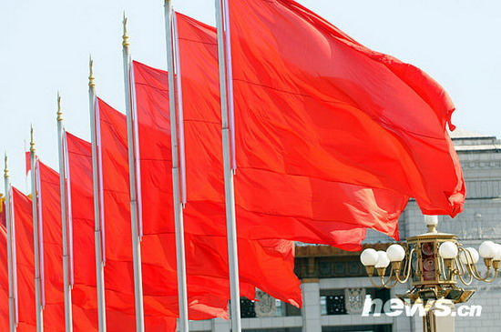 图文:天安门广场的五星红旗迎风招展