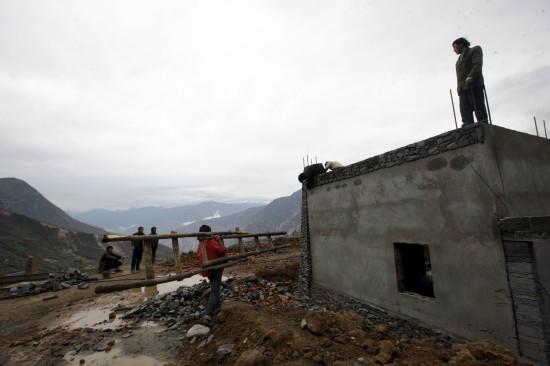 图文:工人在汶川县萝卜寨修建新居