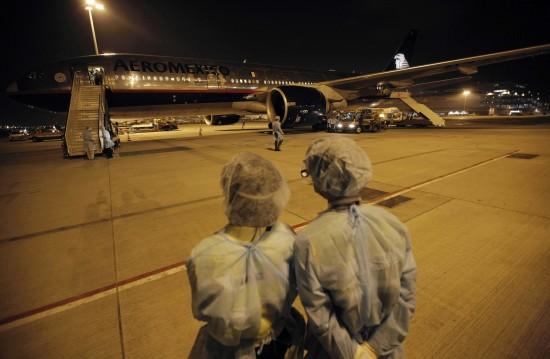 图文:墨西哥政府派出的包机停在香港国际机场