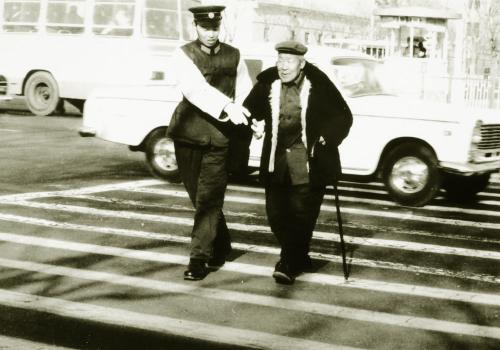 小孩扶老人过马路图片,扶老人过马路的绘画,扶老人过马路简笔画,扶