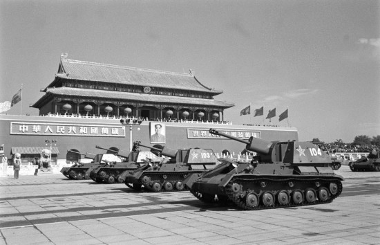 2009年10月1日,即将迎来中华人民共和国60华诞。届时,一场隆重盛大的阅兵式将在天安门广场举行。60年,人民军队与共和国一起成长,风雨同行。60年,中国人民解放军从小米加步枪的多国造,逐渐迈入正规化、现代化的时代。60年,国庆典礼上的阅兵式、分列式见证了中国军人容姿和军事装备的变迁。