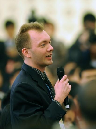 图文:一位俄罗斯记者在提问