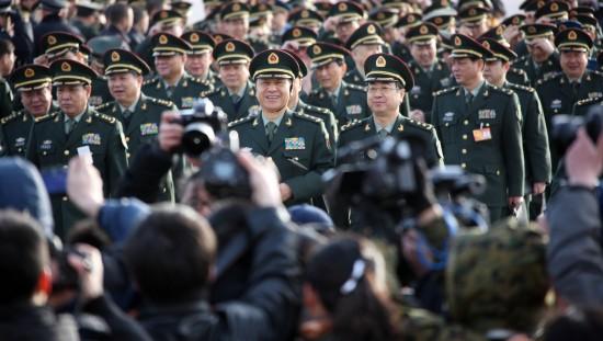 图文:全国人大代表抵达天安门广场