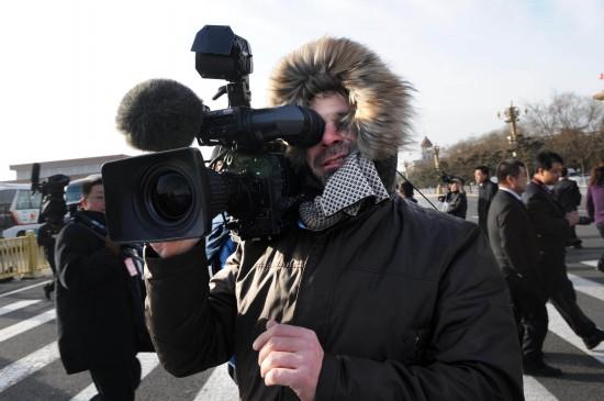 图文:外国媒体记者在天安门广场采访