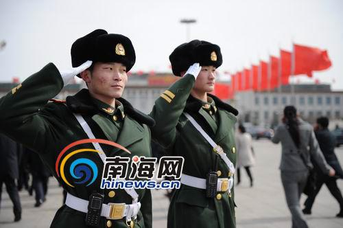 图文:两会警卫员向走出会场的代表们敬礼