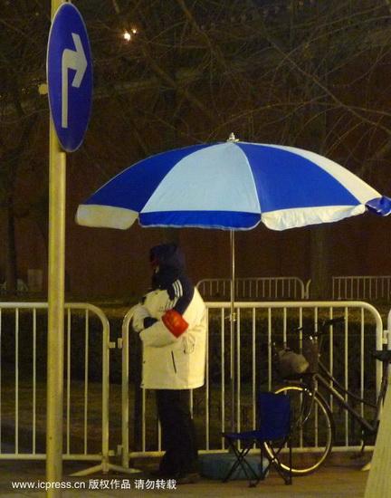 组图:北京社区志愿者在街道站岗值班
