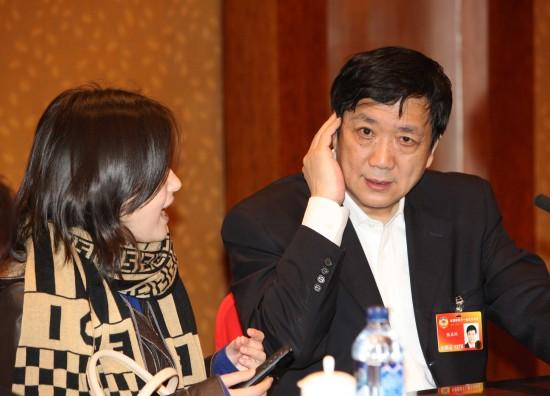 图文:全国政协委员陆启洲接受记者采访