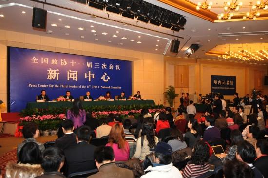 图文:全国政协举行委员谈促进就业集体采访