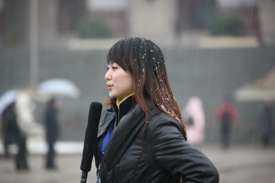 图文:女记者冒雪在人民大会堂前采访