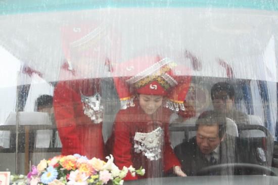 图文:代表团车辆抵达人民大会堂前