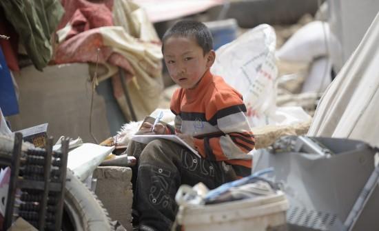 图文:废墟上写作业的孩子