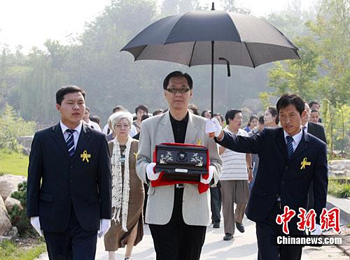 台湾作家柏杨遗骨在河南新郑安葬(组图)