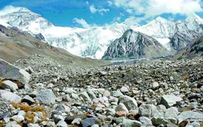 冰川退缩后,在珠峰北坡形成的越来越高的戈壁滩。新华社本版图片