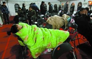 北京1处楼盘开盘前夜200余购房者通宵排队