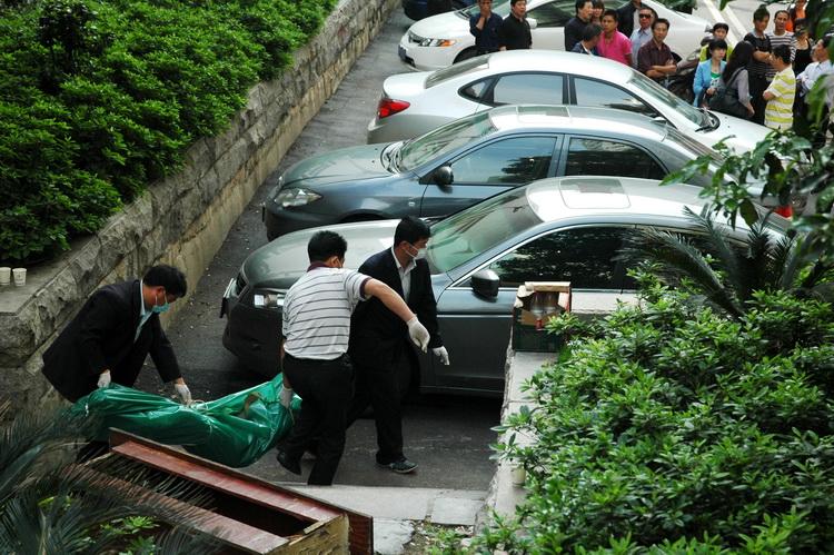 图文:殡仪馆的工作人员运走男尸_新闻中心_新