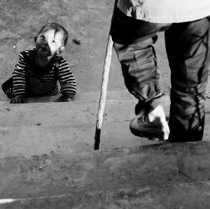 村里的孩子打量着一位触雷者  杨赋 记者 杨帆 摄影报道