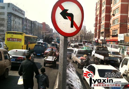 亚心网记者 陈峰    上周末,乌鲁木齐市仓房沟路至珠江路立交桥一段堵