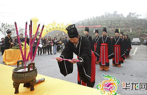 在汉式公祭上,献官执香向祭台方向作90度揖礼。 李靖 摄