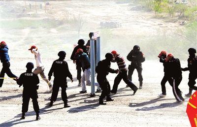 被劫持人质通过安检门。