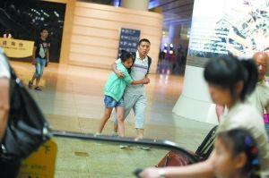 昨日,北京南站,两名乘客从G112上下来。本报记者 王嘉宁 摄