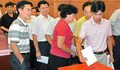 46岁的许培业,在6月7日被票选为广东阳西县委书记。图为竞争性选拔阳西县委书记投票现场。――梁文栋 摄